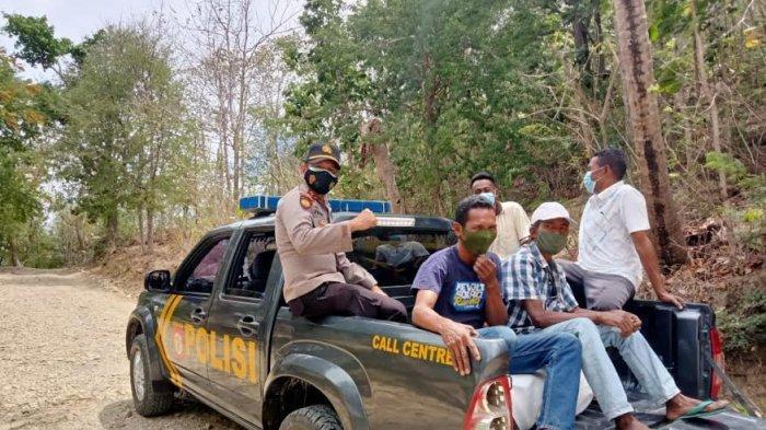 Dorong Pelaksanaan Vaksinasi, Polsek Miomafo Timur Gunakan Mobil Patroli Angkut Warga Terima Vaksin