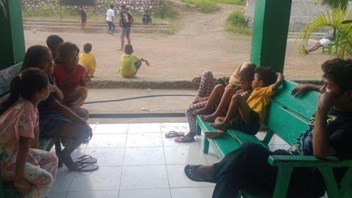 Kondisi anak-anak korban bencana di posko pengungsian MAN 1 Waiwerang, Adonara Timur, Kabupaten Flores Timur