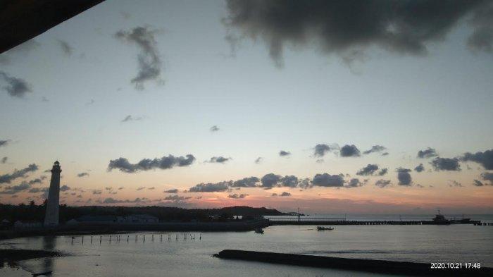 TRIBUN WIKI : Pelabuhan Ba'a Ramai Dikunjungi Warga Kala Senja, Simak Yuk !