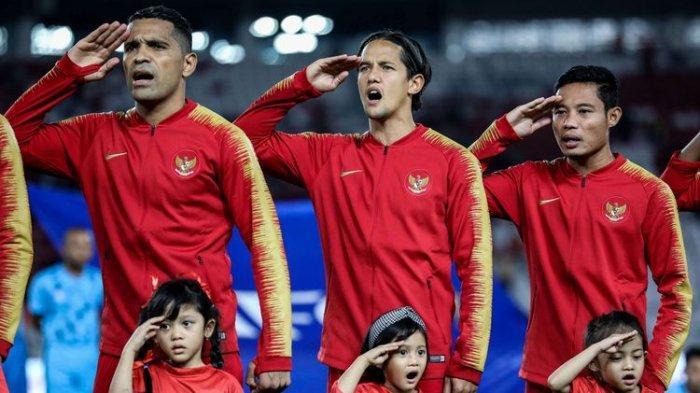 Pesepak bola timnas Indonesia, menyanyikan lagu kebangsaan saat pertandingan Kualifikasi Piala Dunia 2022 Grup G Zona Asia di Stadion Gelora Bung Karno, Senayan, Jakarta, Kamis (10/9/2019).