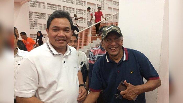 Presiden Madura United, Achsanul Qosasih, bersama Rahmad Darmawan seusai laga Persija Jakarta kontra Madura United di SUGBK.