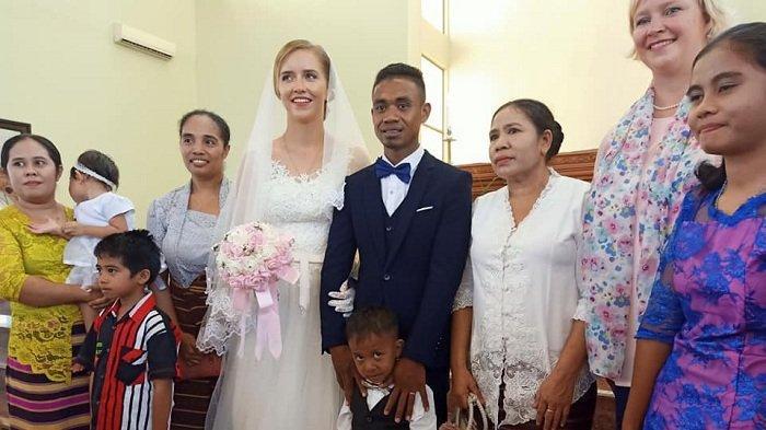 Kisah Asmara Pemuda Adonara - Bule Cantik, Jatuh Cinta Lihat Marsel Terobos Hujan Lebat saat Jemput