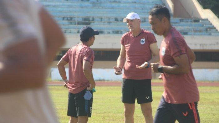 Pelatih PSIS Semarang Dragan Djukanovic memimpin latihan tim di Stadion Kebondalem, Kendal, belum lama ini.