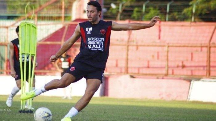 Pemain baru PSM Makassar, Ezra Walian, saat menjalani latihan perdana di Stadion Andi Mattalatta, Kota Makassar, pada Minggu (8/9/2019).