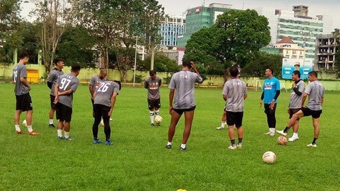 PSMS Medan latihan perdana di Lapangan Kebun Bunga, Senin (17/5/202.