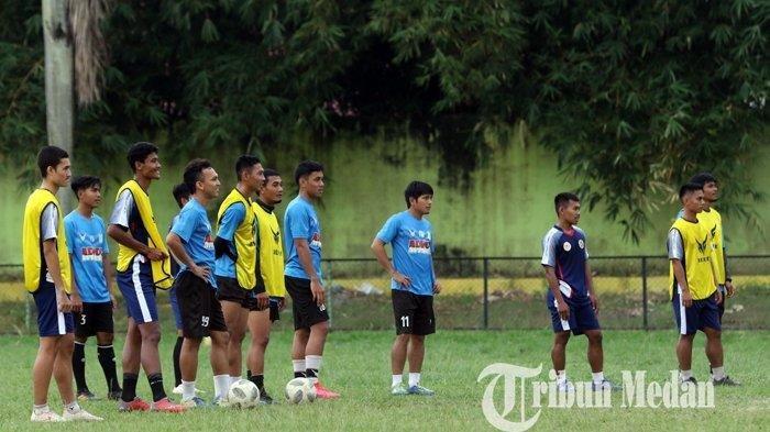 SEJUMLAH pesepakbola eks PSMS Medan dan PON Sumut mengikuti latihan di Kebun Bunga, Medan, Senin (1/2/2021).