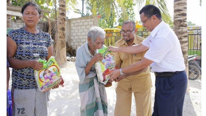 PT Angkasa Pura Bagi Bingkisan Natal kepada Warga Dusun Lima Penfui Timur