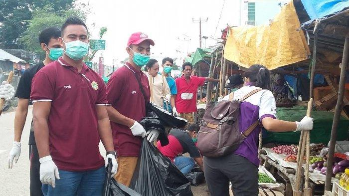 puluhan-perawat-membersihkan-sampah-di-pasar-rada-mata.jpg