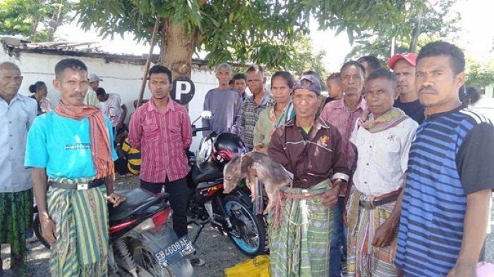 Puluhan Warga Desa Oenenu Selatan Adukan Pejabat Kepala Desa ke Kejari TTU