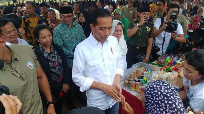 Punggungnya Dielus-elus Seorang Ibu, Begini Reaksi Presiden Jokowi