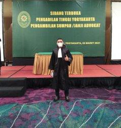 Kisah Rafael Ama Raya Lamabelawa, Penjual Bensin Eceran Kini Sukses Jadi Pengacara Muda