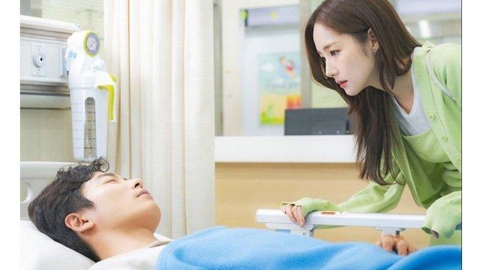 Raih Rating Solid, Ini Spoiler Episode 2 Drama Korea Her Private Life: Duk Mi & Ryan Pegangan Tangan