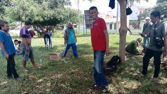 Puluhan relawan Aliansi Rakyat Bersatu Lembata melakukan aksi bersih-bersih dan potong rumput di Taman Kota Swaolsa Titen, Kota Lewoleba, Sabtu 8 Mei 2021.