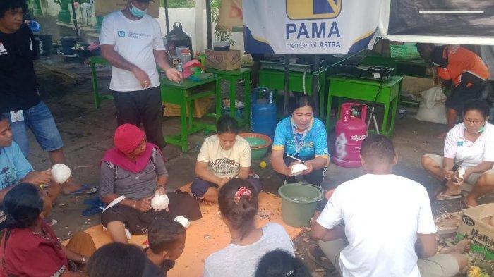 Relawan SOS CVI Melatih Emak-emak di Posko Pengungsian Adonara Lewat Produksi Minyak Kelapa Murni