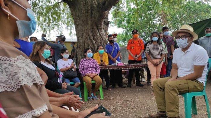 Gubernur Jawa Barat Ridwan Kamil berdialog bersama korban bencana di Posko Penampungan Kampung Amanuban Kelurahan Oebufu Kecamatan Oebobo Kota Kupang, Sabtu, 1 Mei 2021.