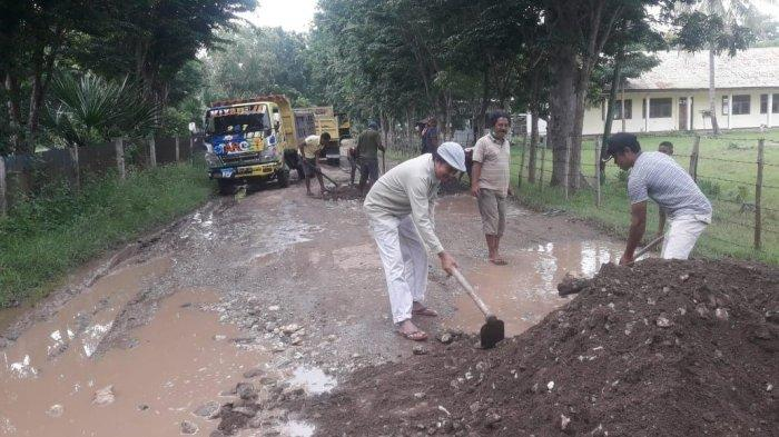 Pastor di TTU Pimpin Umat Tutup Lubang pada Ruas Jalan Kabupaten
