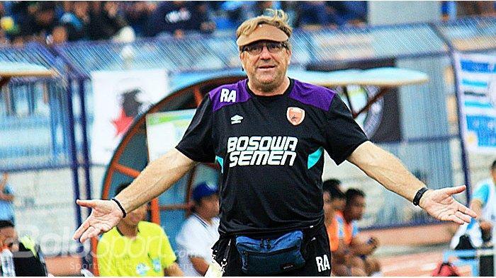 Pelatih PSM Makassar, Robert Rene Albert memberikan dukungan penuh terhadap timnya ketika melawan Persela Lamongan pada laga lanjutan Liga 1 2018 di Stadion Surajaya Lamongan, Jumat (10/8/2018).