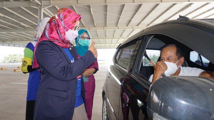Presiden Direktur & CEO XL Axiata, Dian Siswarini menyapa salah satu peserta vaksin lansia dalam acara peresmian Sentra Vaksinasi Indonesia Bangkit di RSUI, Depok, Jawa Barat Kamis (25/3).