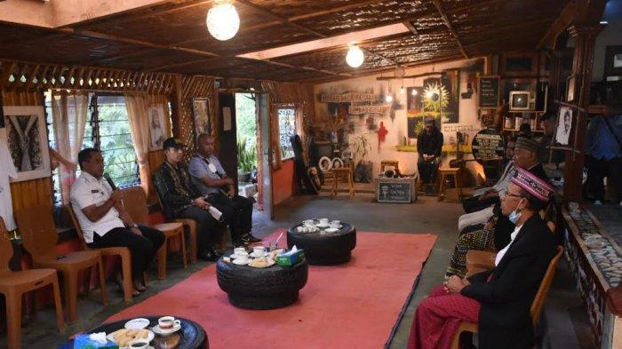Bupati Manggarai Mengunjungi Pameran Seni di Rumah Baca Aksara