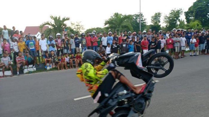 Anak Muda Maumere Tunjukan Bakat 'Freestyle' Sepeda Motor  di  Jalan   El   Tari