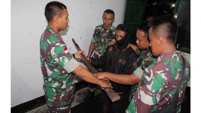 Miliki Senjata Api, Warga Desa Fatamuti Ini Serahkan Kepada Anggota Satgas Pamtas RI-RDTL