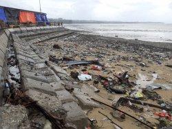 Sampah Membludak di Hamparan Pantai Warna Warni Oesapa