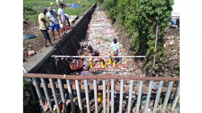 SAMPAH-Kondisi sampah yang menumpuk di drainase area Bandara Hasan Aroeboesman Ende sebelum diangkut beberapa waktu lalu.