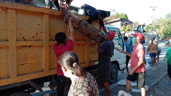 Sampah Menumpuk Setelah Badai, Warga Kerja Bakti Bersihkan