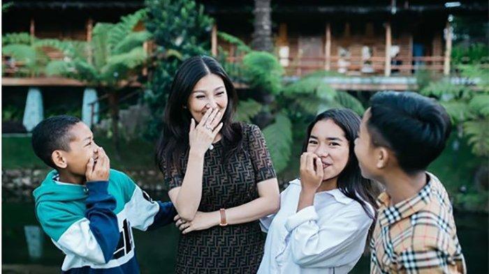 Kecantikan Kakak Betrand Peto Curi Perhatian Saat Prosesi Angkat Anak Ruben Onsu & Sarwendah