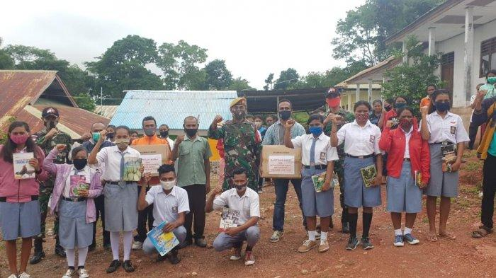 Satgas Yonarmed 3/105 Tarik Bantu Buku Bacaan di SMKN Pertanian Eban