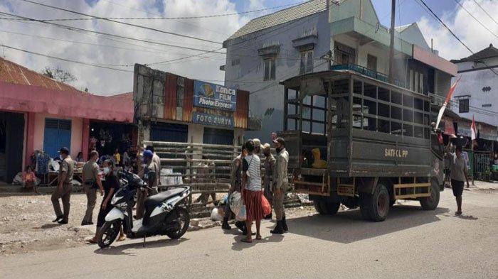 Satpol PP Tertibkan PKL Di Pasar Lama, Angkut Jualan Menuju Pasar Baru Sumba Barat