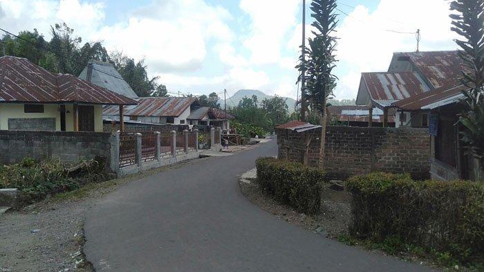 Petugas Satgas Covid-19 Ngada Tutup Akses Jalan ke Kampung Malanawe Kelurahan Susu