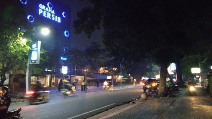 Sejumlah suporter Persib Bandung yang tak terima timnya kalah dari Persija, mendatangi Graha Persib, Jalan Sulanjana, Kota Bandung, Minggu (25/4/2021) malam.