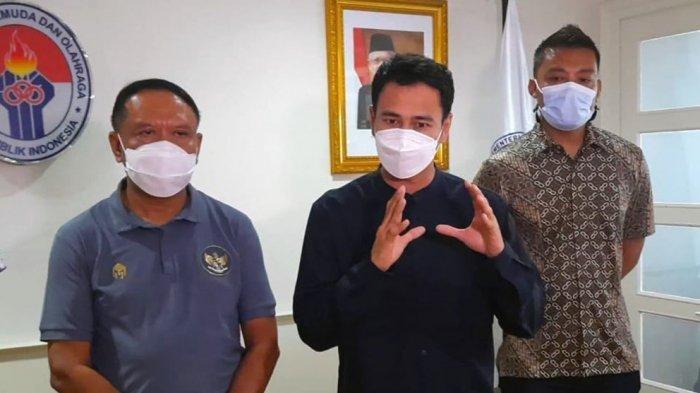 Selebriti Raffi Ahmad bersama Hamka Hamzah saat menemui Menpora Zainudin Amali membahas persiapan turnamen Piala Menpora 2021 di Kemenpora, Senayan, Jakarta, Rabu (24/4/2021).