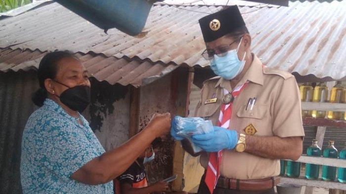 Warga Kota Kupang, Antusias Terima Masker Gratis dari Kwarda Pramuka NTT