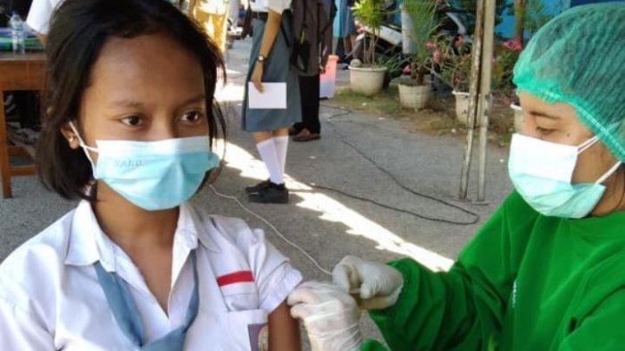 Seorang Pelajar di Kota Kupang saat terima vaksin di Dinas P dan K NTT, Senin 20 September 2021.