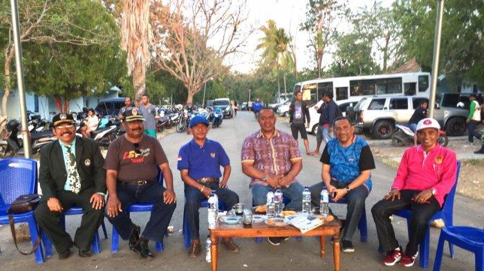 Wakil Ketua KONI NTT, Ir. M Ansor, bersama anggota DPRD NTT, pejabat dari Lanud El Tari Kupag dan Sekjen PSSI NTT, Lambert Tukan , MM, di Lapangan TNI Au, Penfui, Kupang