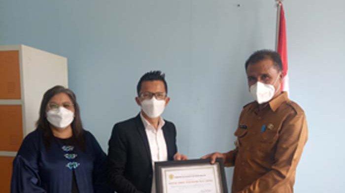 Peduli Terhadap Seroja di Sabu Raijua  Penjabat  Bupati Beri Penghargaan kepada GSKI Wiyalah NTT