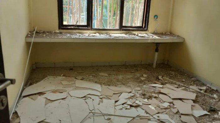 Nampak salah satu ruangan Puskesmas Siso dipenuhi dengan serpian plafon yang ambruk