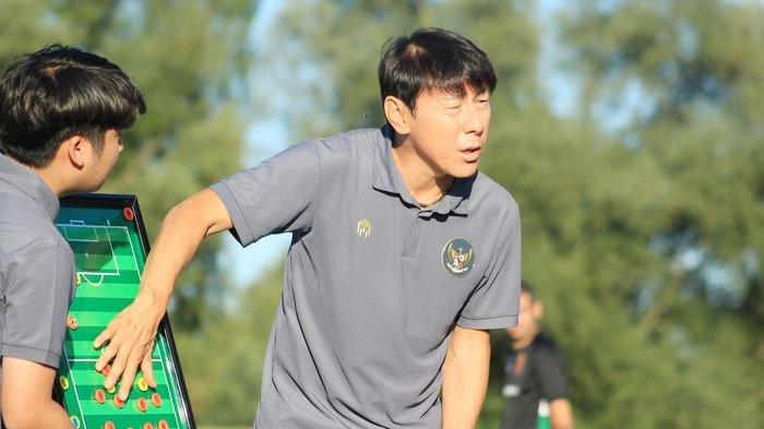 Pelatih timnas Indonesia, Shin Tae-yong menjelaskan strateginya ketika timnas U19 Indonesia melawan Kroasia, 8 September 2020.