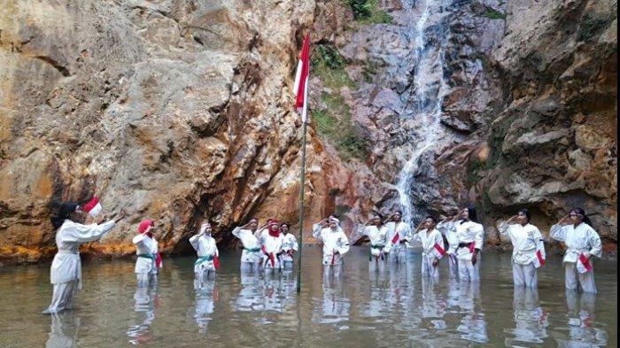 Kempo Komodo Kibarkan Bendera Merah Putih di Air Terjun Cunca Lolos