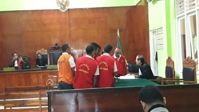Sidang Penganiayaan Jaksa, Oknum Pol PP Firmus Koli Berupaya Pegang Bahu Angraeni