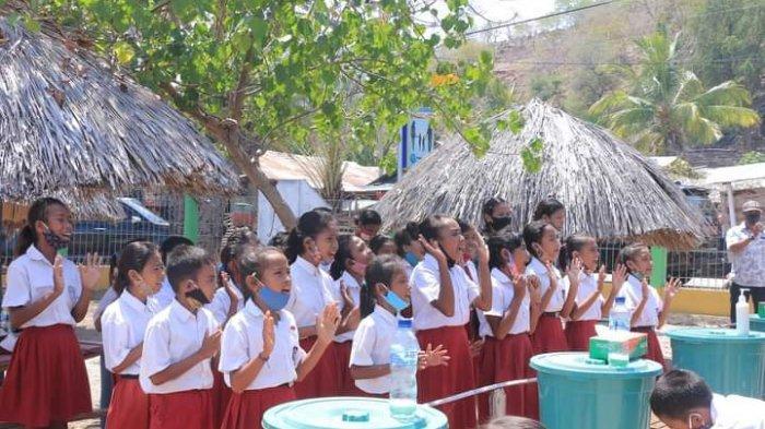 DEMO CARA CUCI TANGAN---Para siswa SDN Fatukmetan melakukan demo cara cuci tangan yang baik, disaksikan Pjs. Bupati bersama rombongan, Rabu (21/10/2020)