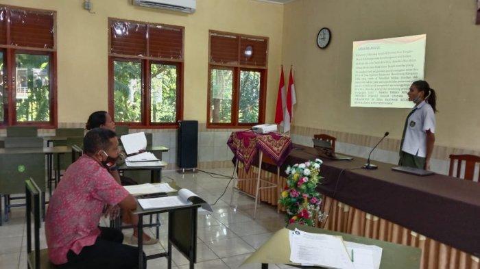 PRESENTASI-Siswa SMATER presentasikan karya tulis ilmiah (KTI) di depan Tim Penguji sebagai syarat kelulusan ujian SMA.