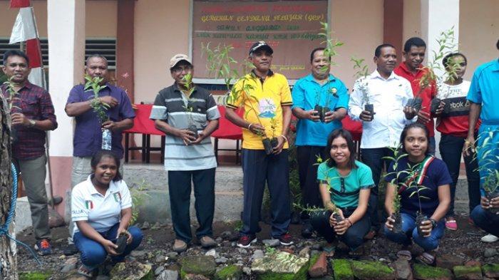 Siswa SMK Kawula Karya Lewoleba Tanam 2000 Anakan Cendana