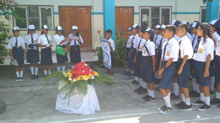 Siswa SMPK Santa Theresia Lewoleba Berikan Bunga untuk Guru