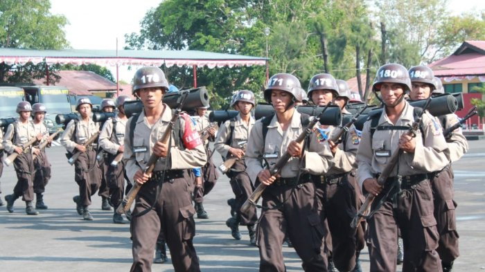 Siswa Bintara Polri Perbatasan 2018 dalam perjalanan Outbond menuju Tilong Kecamatan Kupang Tengah Kabupaten Kupang, Rabu (3/10/2018).