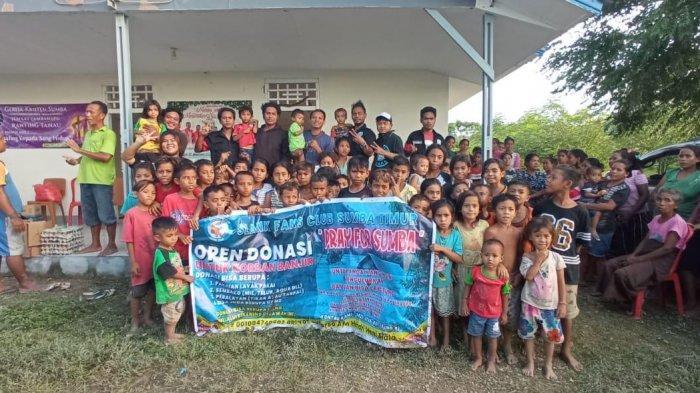 DONASI --Suasana pembagian donasi oleh Slankers dan Slanky Sumba Timur kepada korban bencana Seroja
