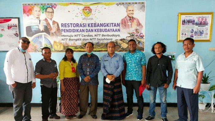 Kadis Pendidikan Dan Kebudayaan NTT Serahkan Izin Operasional SMAN Doreng Sikka