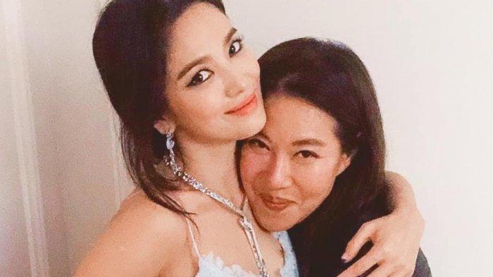 Tampil Glamor dalam Balutan Dress Biru yang Seksi Song Hye Kyo Dikritik Netizen Habis-habisan